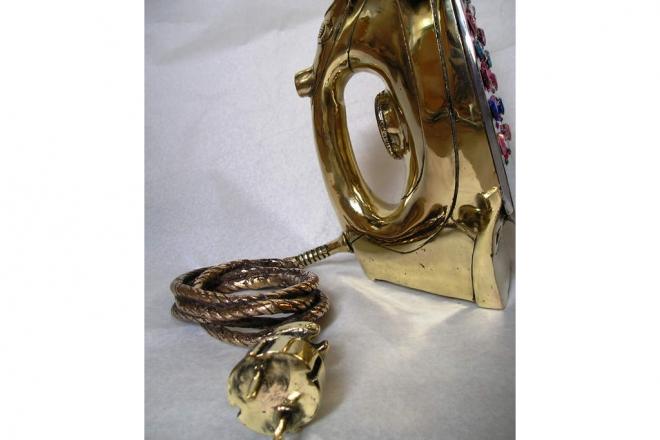 Caratteristiche tecniche: fusione in ottone lucidata a specchio con innesto di pietre e vernice lucida protettiva finale. Dimensione: h30x30x30 pezzo unico