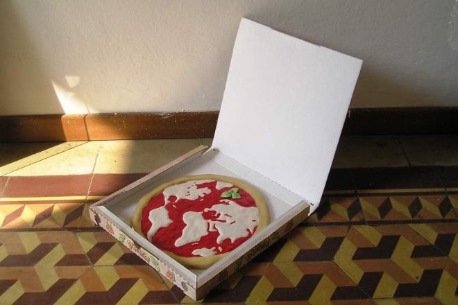 Caratteristiche tecniche: ceramica dipinta a mano su biscotto con polveri colorate, finitura lucida ultima cottura Dimensione : diam.35 Pezzo unico-presentata su scatola di cartone pizza dimensione reale