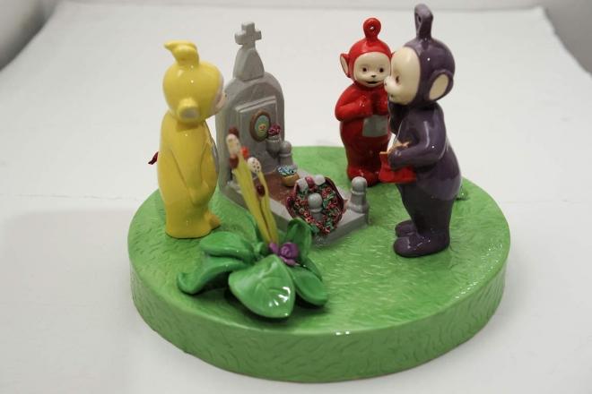 Caratteristiche Tecniche: ceramica dipinta a mano su biscotto con polveri colorate e finitura lucida ultima cottura Dimensione: 35x35x20 pezzo unico